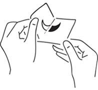 Снимите защитную пленку и плотно приклейте трафарет к коже